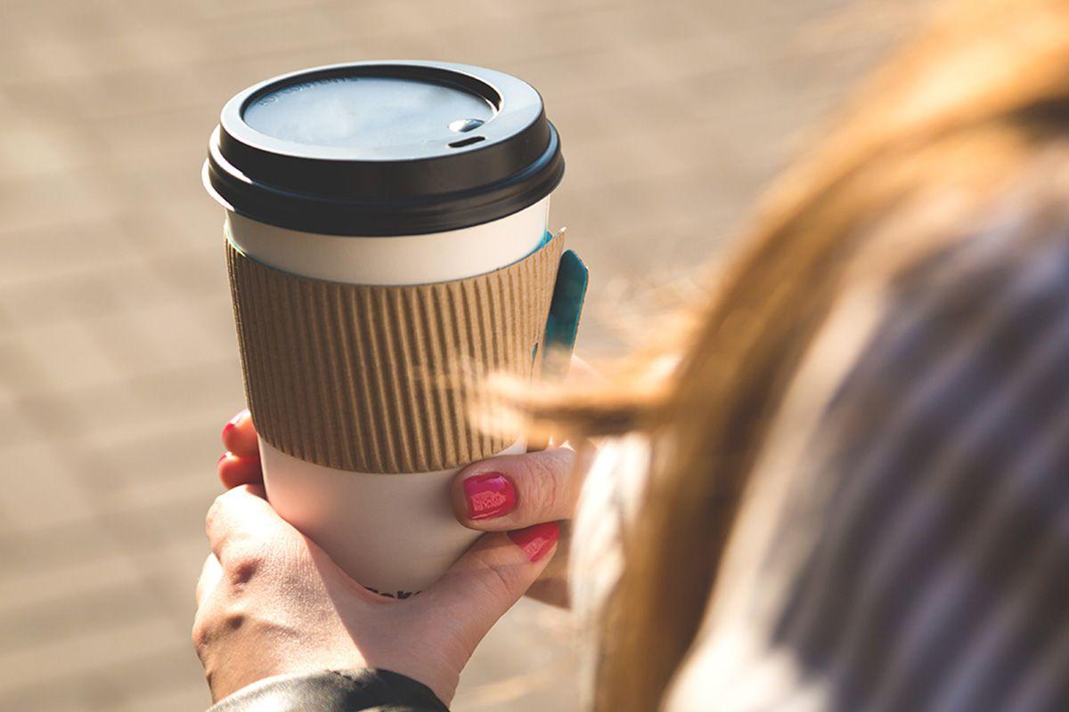 только фото кофе на улице в руке сид